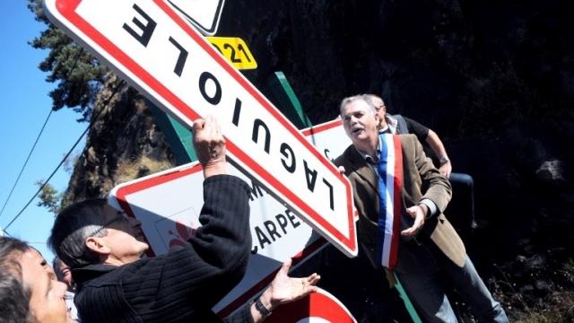 © AFP/JOSE A. TORRES Le 19 septembre 2012, les habitants de la commune démontent symboliquement la plaque Laguiole.